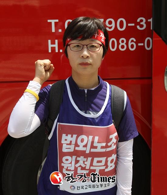 전국교직원노동조합 박옥주 수석부위원장이 지난 7일 오후 서울 서초동 소재 대법원 앞에서 본지 기자와 인터뷰를 마친 후 주먹을 불끈쥐고 '투쟁!'의 결기를 다지고 있다.