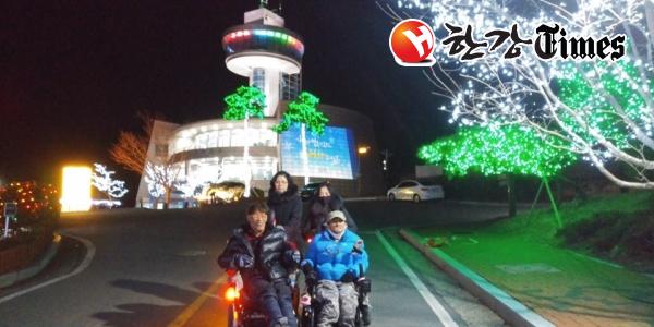 보성빛축제가 펼쳐진 한국차문화공원 일대를 배경으로 기념촬영을 하고 있다.